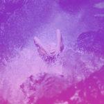 Mulher tomando banho de cachoeira para se livrar de energias negativas